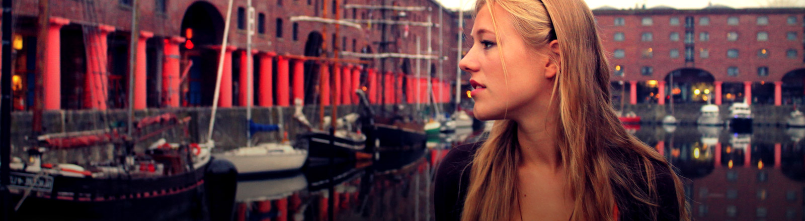 Eine junge Frau im Hafen von Liverpool.