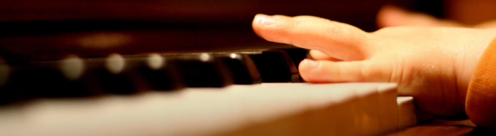 Ein Kind am Klavier