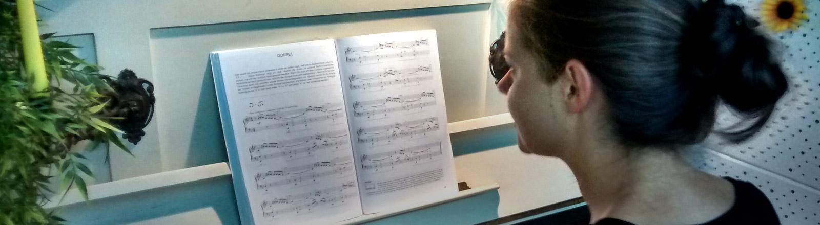 Julia Möckl am Klavier.