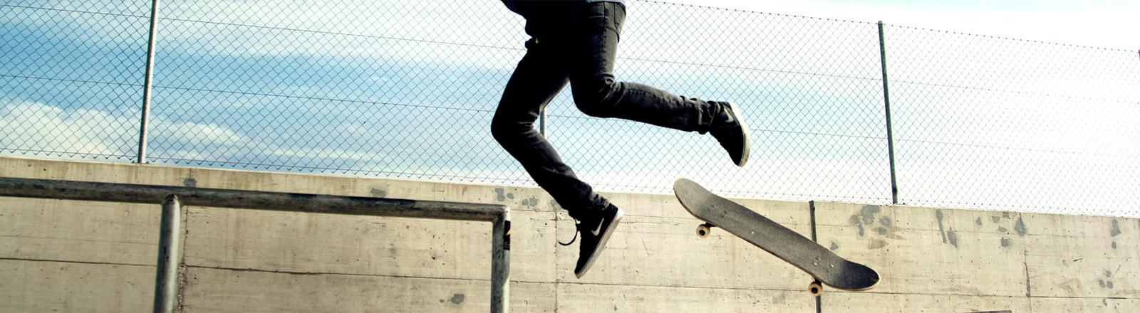 Ein Skateboarder übt seinen Stunt.