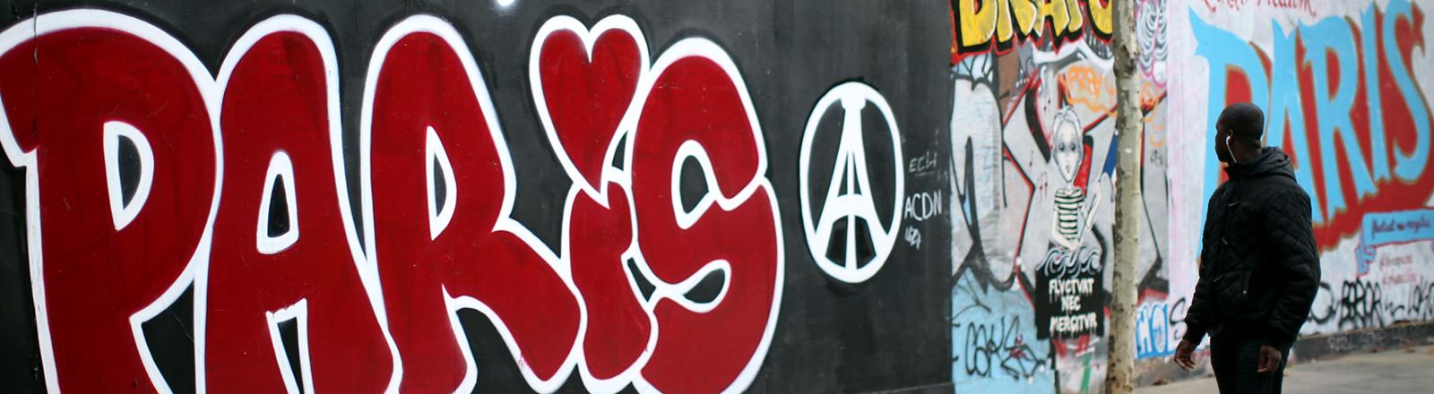 In der Nähe des Platzes der Republik ist eine Graffitiwand mit Paris und dem Gedenksymbol für die Anschläge auf Paris besprüht
