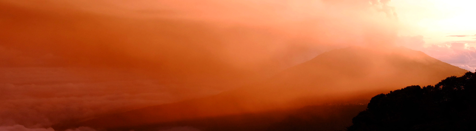 Der Turrialba Vulkan in Costa Rica stößt eine Rauch-Wolke aus.