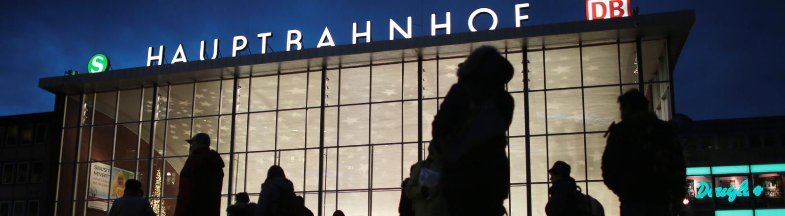 Platz vor dem Kölner Hauptbahnhof im Dunkeln