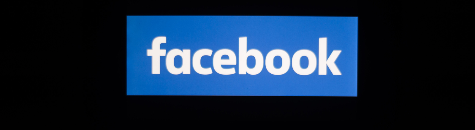 Facebook-Logo vor schwarzem Hintergrund
