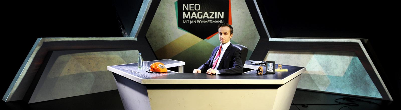 Jan Böhmermann sitzt im ersten Studio des Neo Magazins.