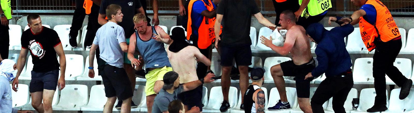 Englische und Russische Hooligans prügeln sich auf der Tribüne bei der EM.
