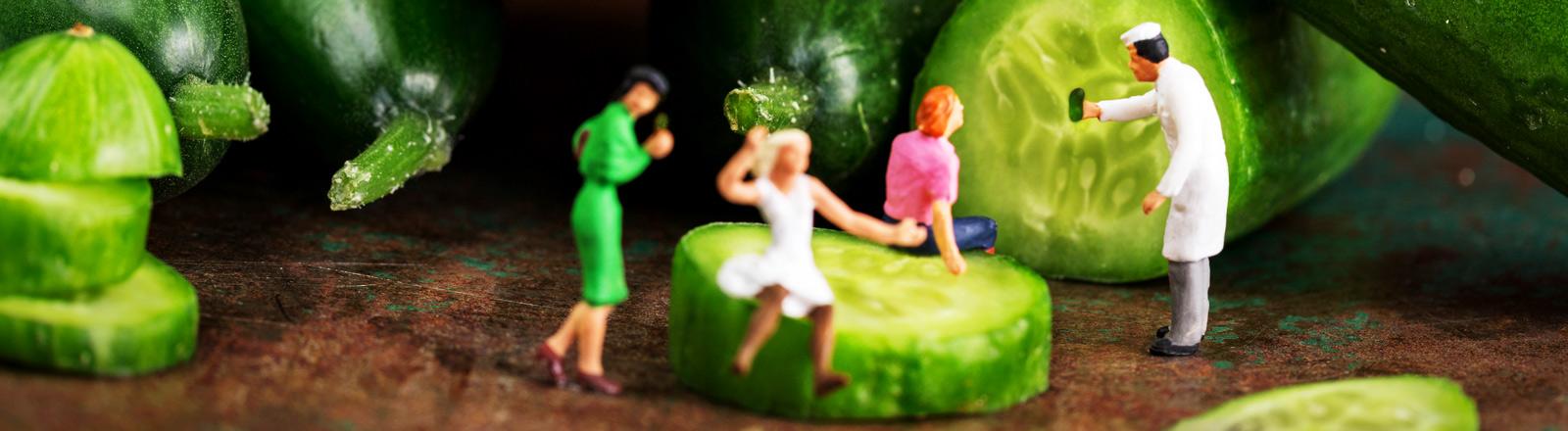 Gurken mit Miniaturfiguren