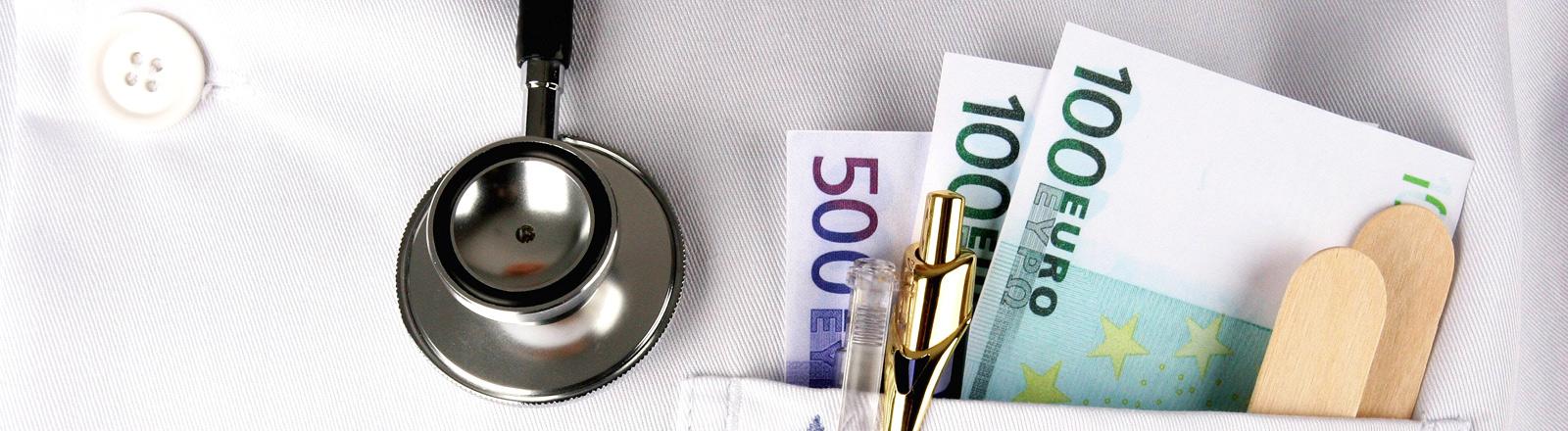 Geld im Revers eines Arztkittel