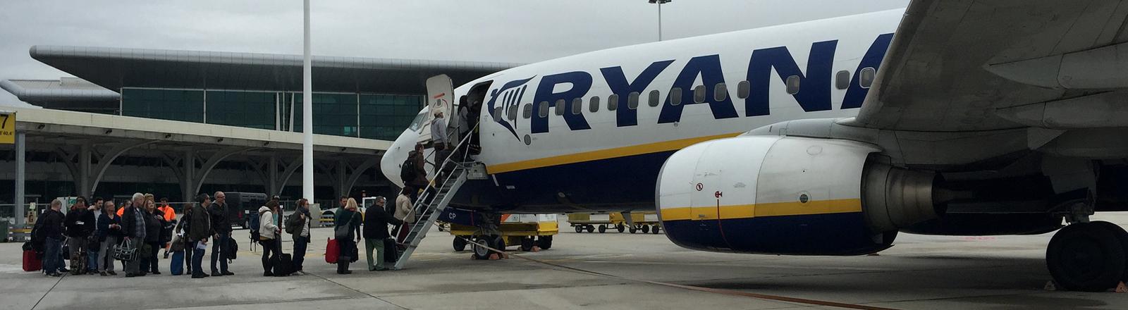Eine Ryan-Air-Maschine auf dem Flughafen in Porto.