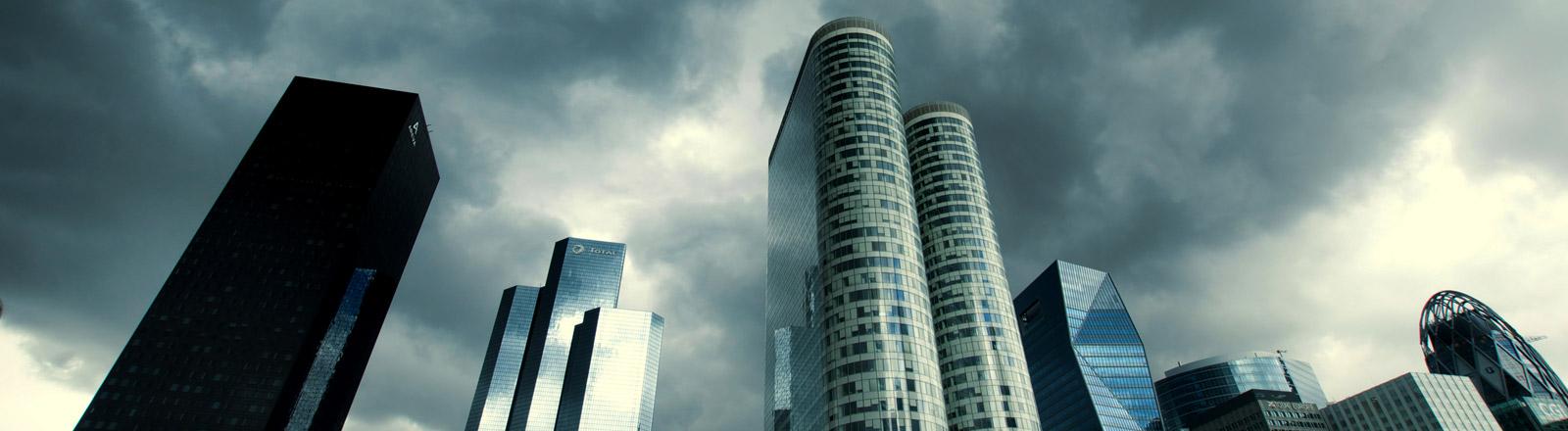 Bankengebäude mit schwarzen Wolken darüber