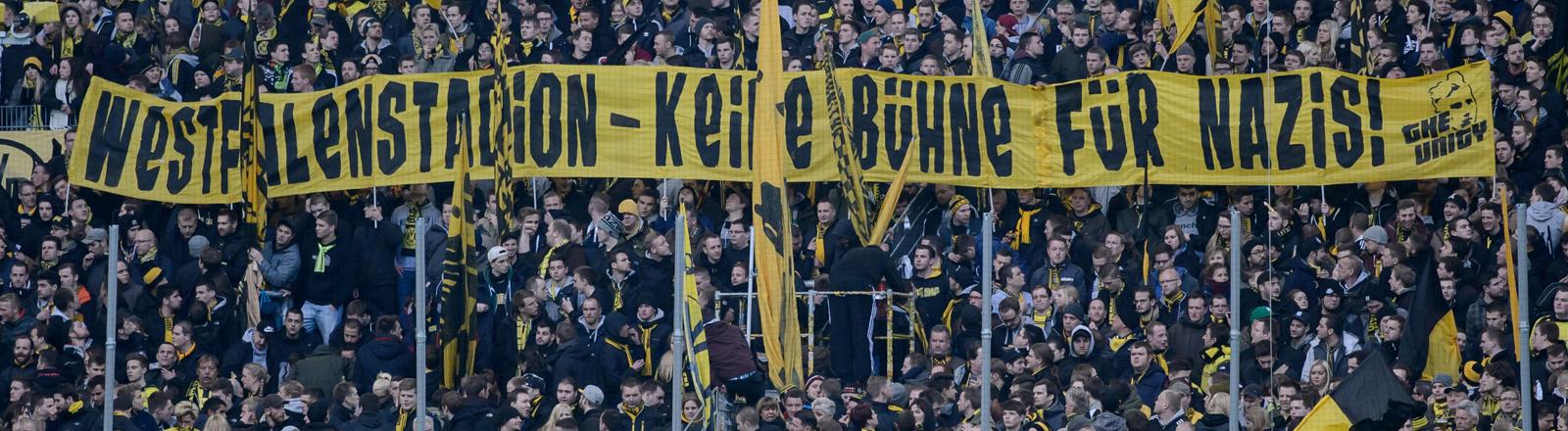 Fans im Dortmunder Westfalenstadion mit einem Spruch gegen Rechte.