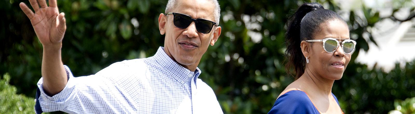 Barack und Michelle Obama mit lässigen Sonnenbrillen.
