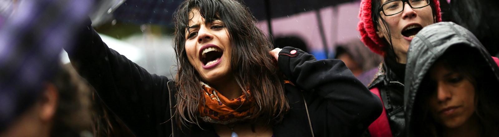 Eine junge Frau bei Protesten in Buenos Aires