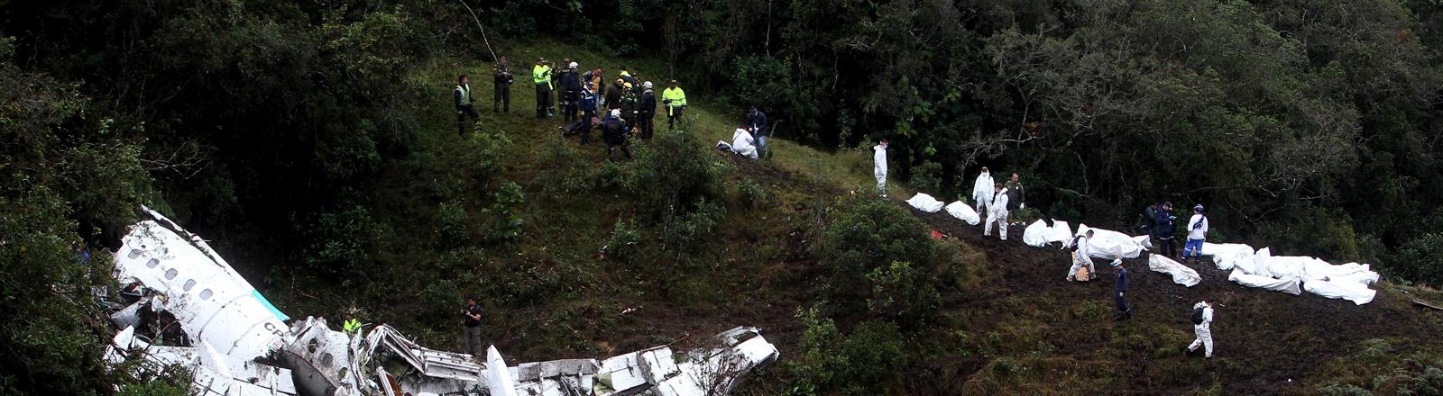 Das Wrack nach dem Absturz in Kolumbien, Rettungskräfte sind inzwischen angekommen.