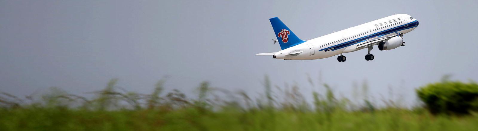 Ein Flugzeug startet
