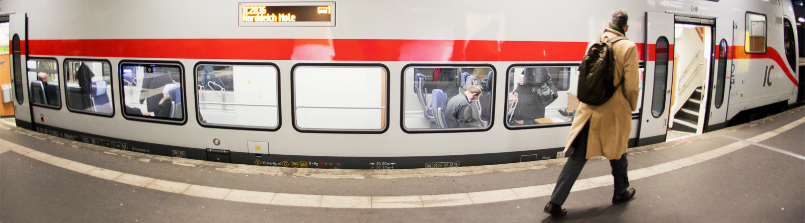 Doppelstock IC mit Fahrgästen
