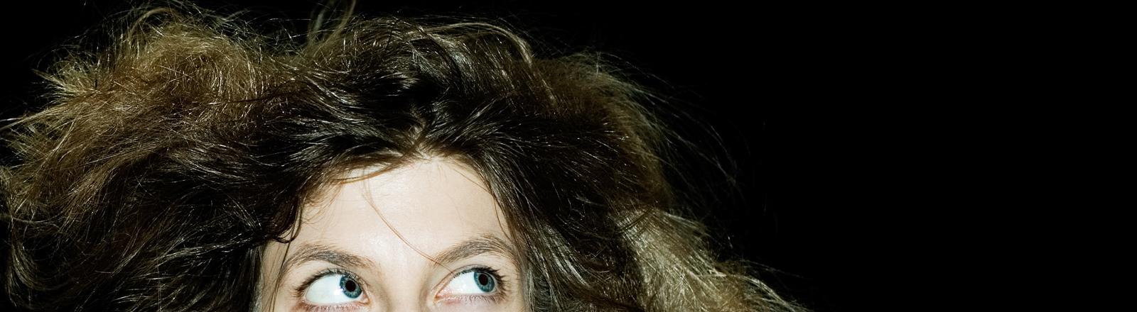 Frau mit einer wilden Haarmähne