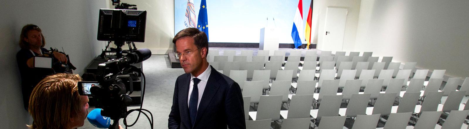 G20: Journalisten im Interview in einem leeren Saal