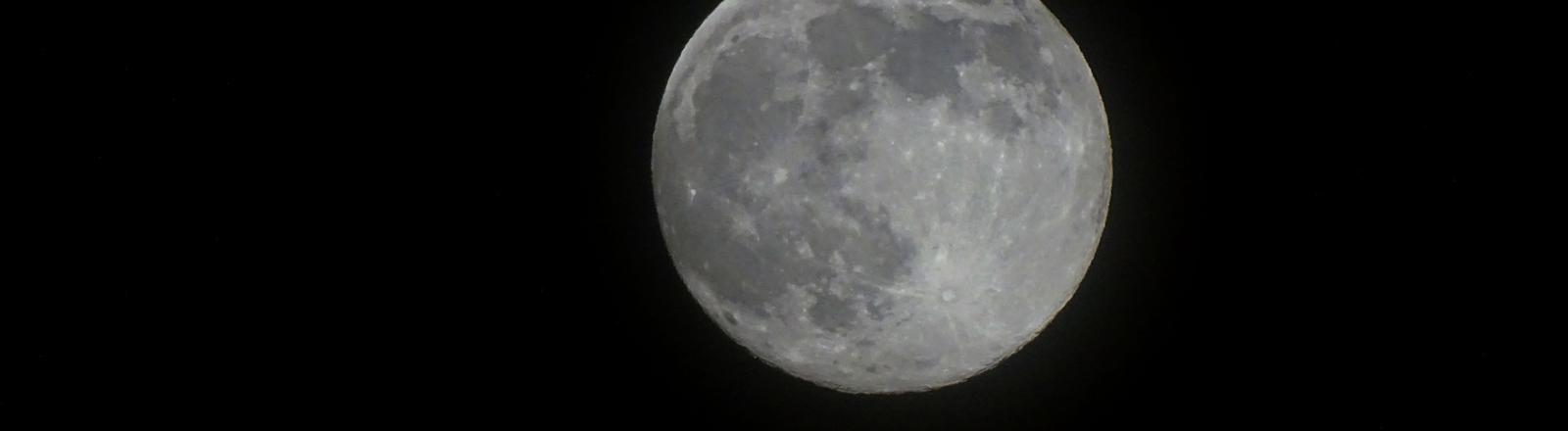 Vollmond am schwarzen Nachthimmel