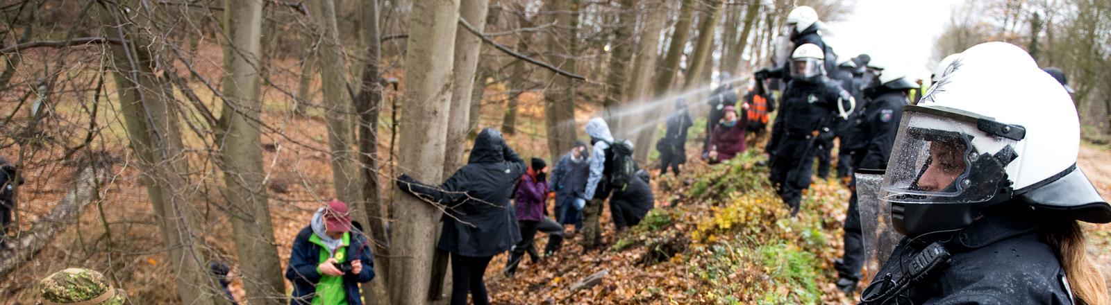 Polizei geht gegen Demonstranten im Hambacher Forst vor