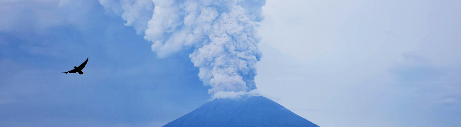 Aschewolke über dem Vulkan Mount Agung am 28.11.