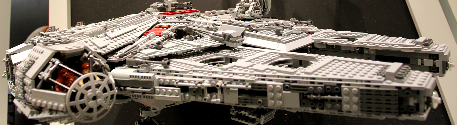 """Das aus Lego-Steinen gebaute Raumschiff """"Millenium Falcon"""" aus dem Kinofilm """"Krieg der Sterne"""" ist am Freitag (04.02.2011) in Nürnberg (Mittelfranken) während der Spielwarenmesse zu sehen."""