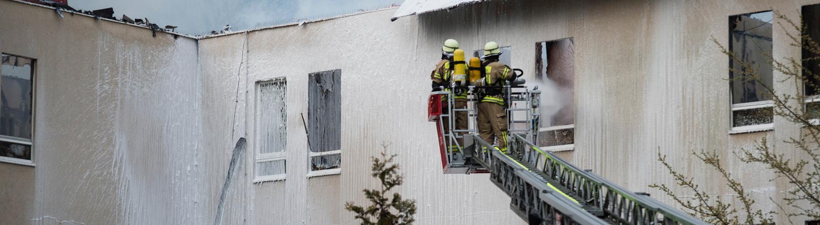 """Löscharbeiten nach einem Brand am 14.04.2015 in einem Flüchtlingsheim der """"Stiftung zur Förderung sozialer Dienste"""" in Berlin-Lichterfelde."""