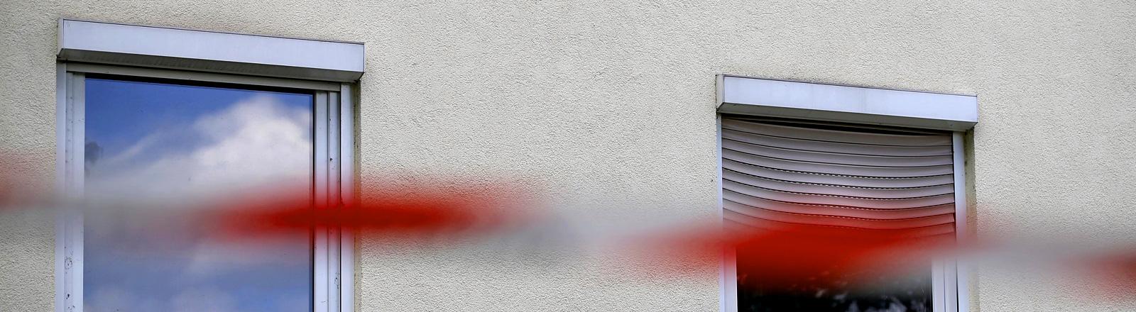 Ein Absperrband der Polizei hängt nach einem Brandanschlag am 31.07.2015 vor einer für Flüchtlinge vorgesehenen Unterkunft in Lunzenau (Sachsen).