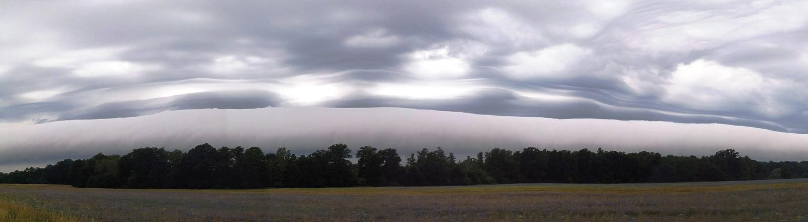 Wolken in eine Stratocumulus-Volutus-Wolkenformation