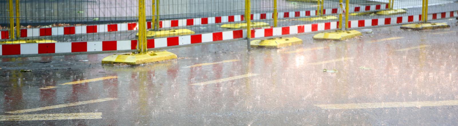 Starkregen prasselt auf die Straße