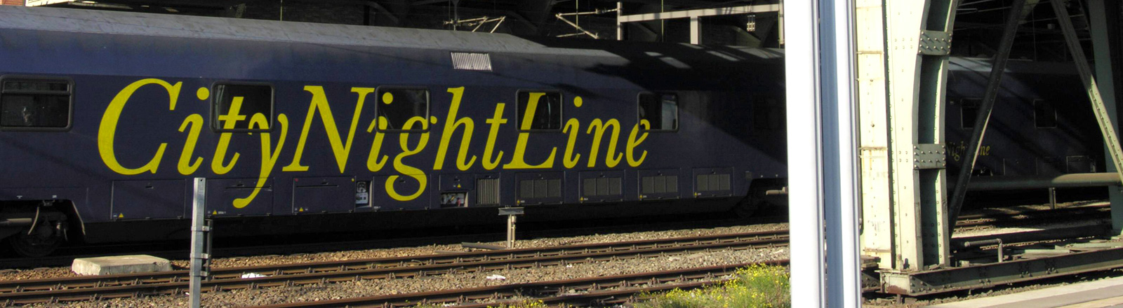 Ein Nachtzug fährt im Berliner Ostbahnhof ein