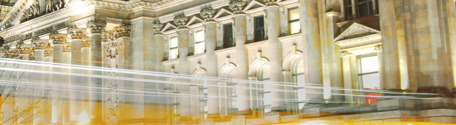 Der Bundestag mit Lichteffekten davor.