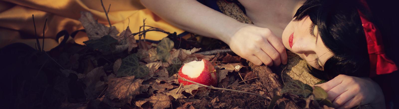 Schneewittchen neben dem angebissenen Apfel