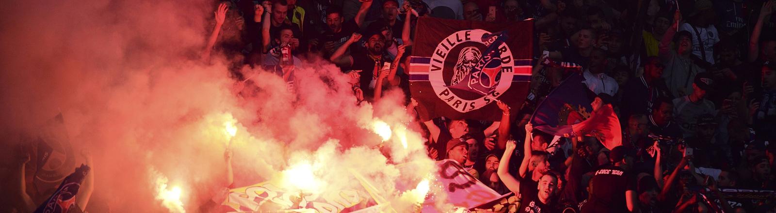 Bengalische Feuer beim Spiel zwischen Paris Saint Germain und Olympique Marseille.