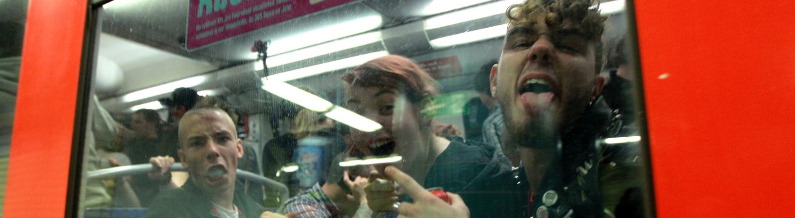 Betrunkene in einer Bahn.