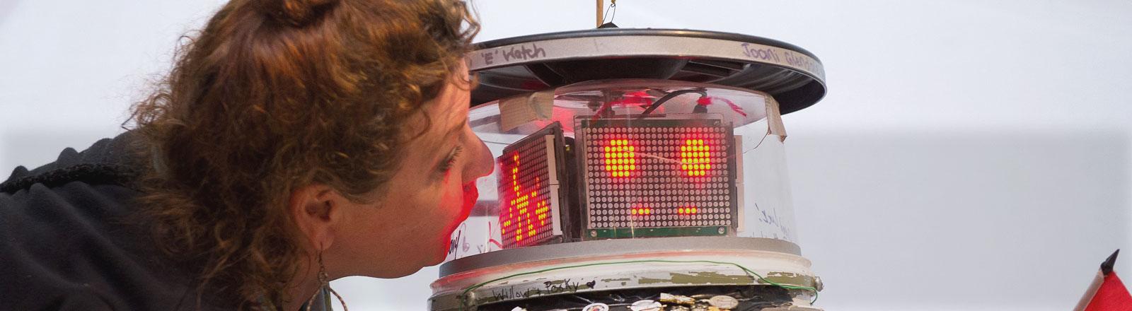 Eine Frau küsst den Roboter Hitchbot.