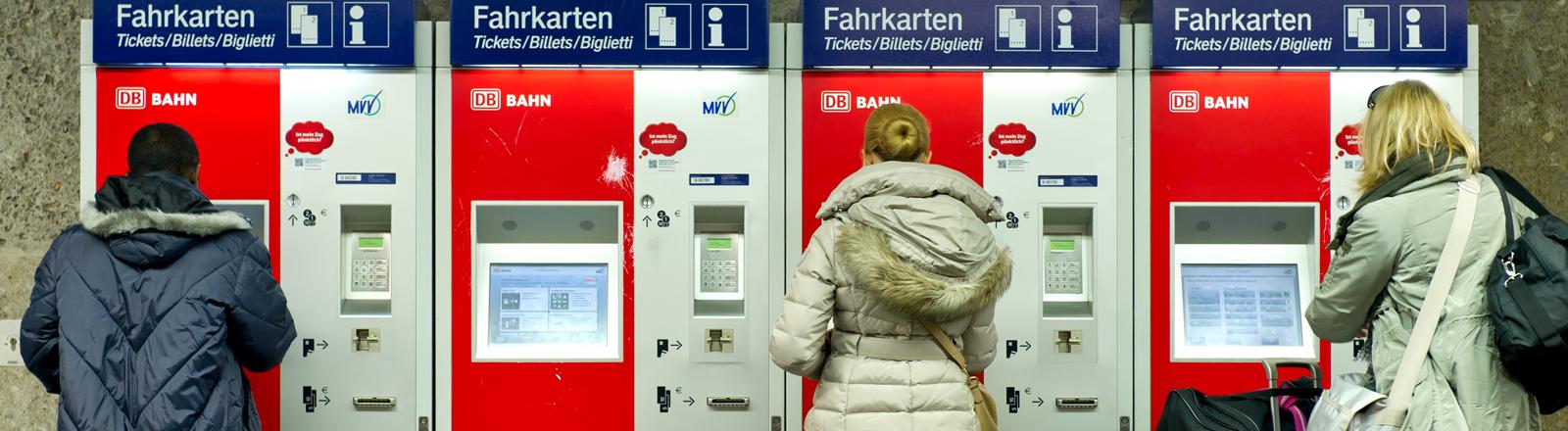 Fahrgäste der S/U-Bahn in München (Oberbayern) kaufen am 01.12.2011 an der Haltestelle Karlsplatz (Stachus) Fahrkarten an Fahrkartenautomaten.