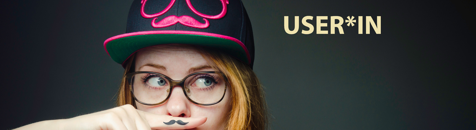 User*in mit Schnurrbart