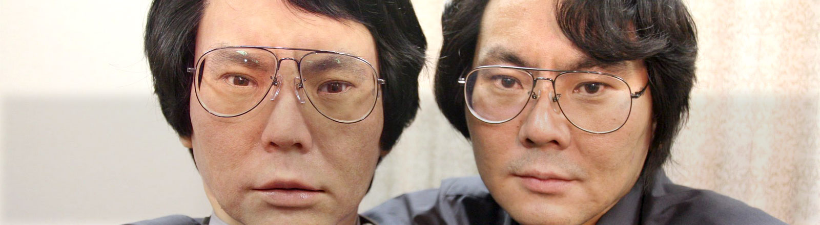 Der japanische Wissenschaftler Dr. Hiroshi Ishiguro posiert mit seinem Doppelgänger-Roboter Geminoid.