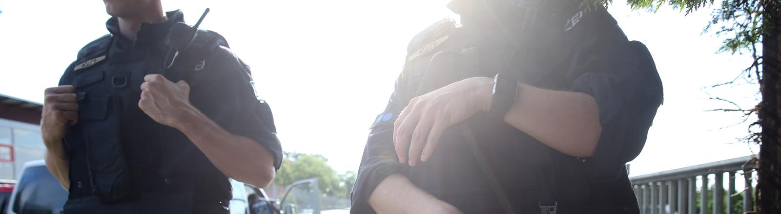 Polizisten stehen am 27.07.2016 in Zirndorf (Bayern) nahe der Erstaufnahmeeinrichtung für Flüchtlinge. Ein brennender Koffer hat einen Polizeieinsatz nahe der Erstaufnahmeeinrichtung ausgelöst. Ein Sprecher des Innenministeriums sagte, bei dem Vorfall am 27.07.2016 sei niemand verletzt worden