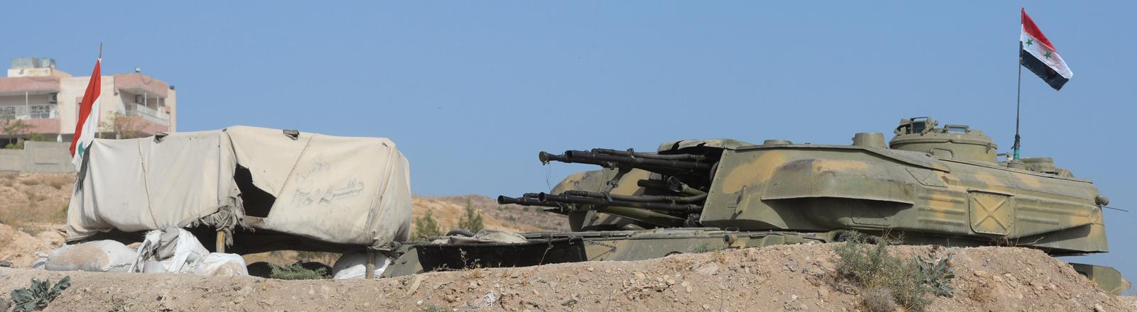 Ein Panzer der syrischen Armee außerhalb von Katana City.