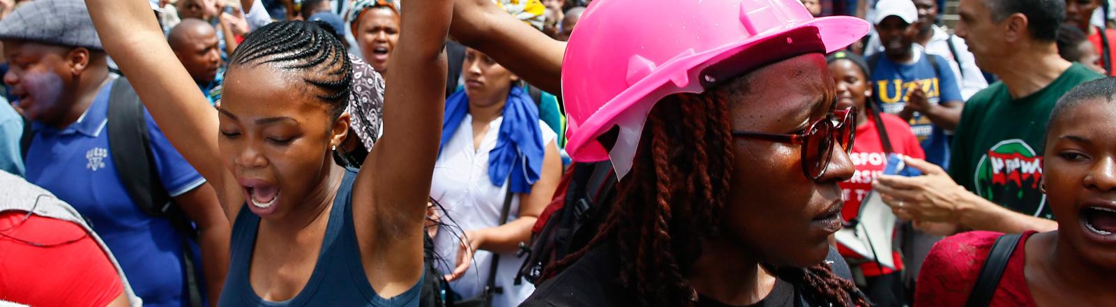 Studenten der Universität Capetown protestieren gegen die Erhöhung der Studiengebühren - am 21.10.2015.