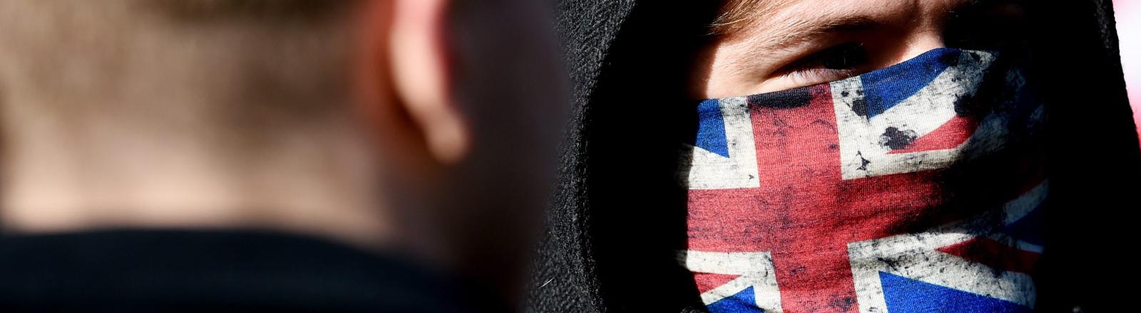 Mann mit Union Jack vor dem Gesicht
