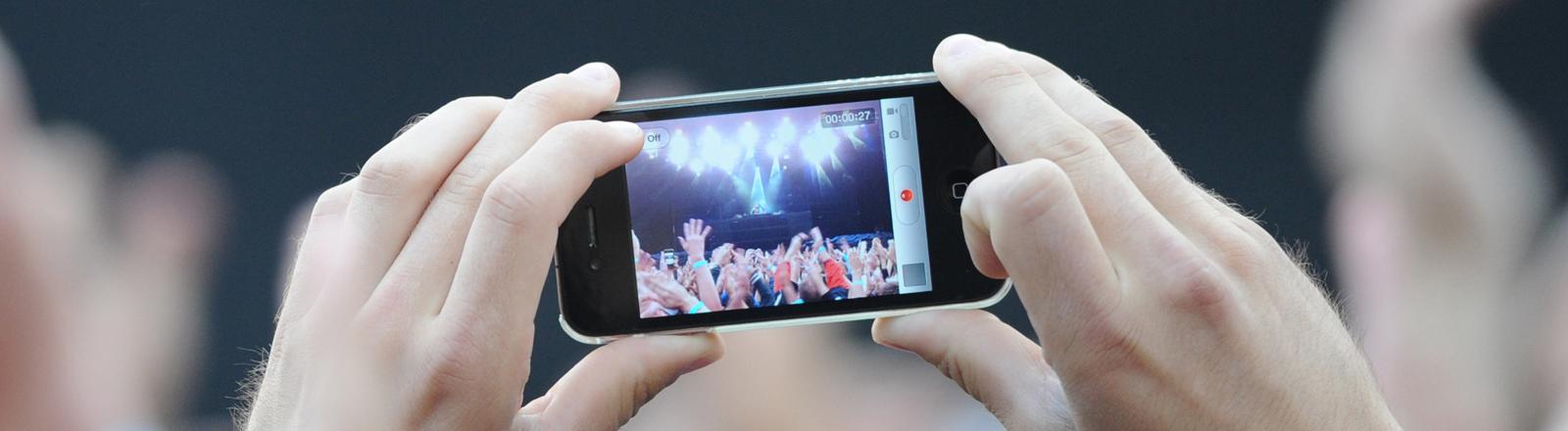 Mensch, der auf Konzert filmt