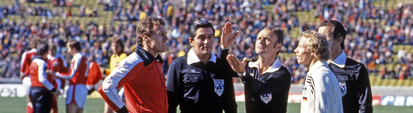Abraham Klein als Schiedsrichter auf dem Fußballfeld, umringt von Spielern