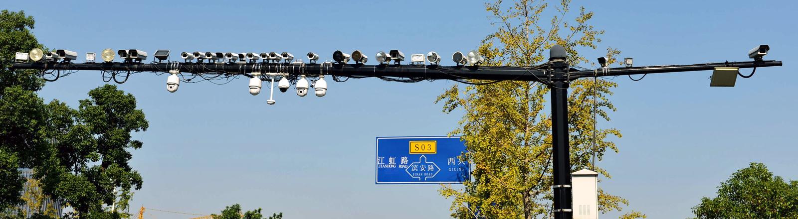 Viele Kameras an einem Masten in China.