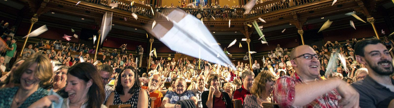 Papierflieger segeln durch die Luft beim Ig-Nobel-Preis an der Harvard University