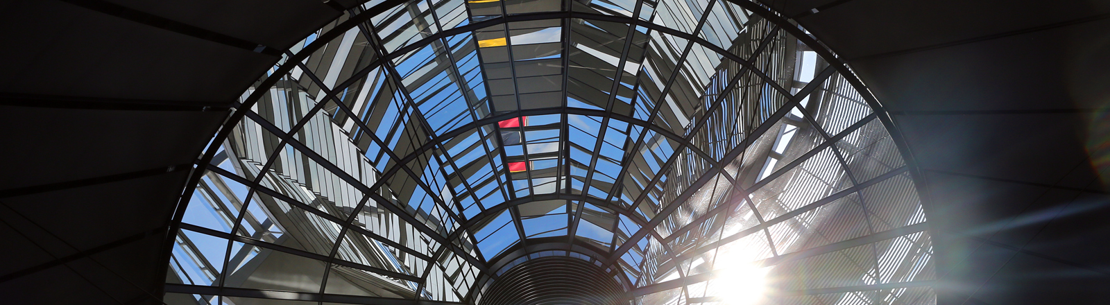 Die Sonne scheint durch die Kuppel im Bundestag