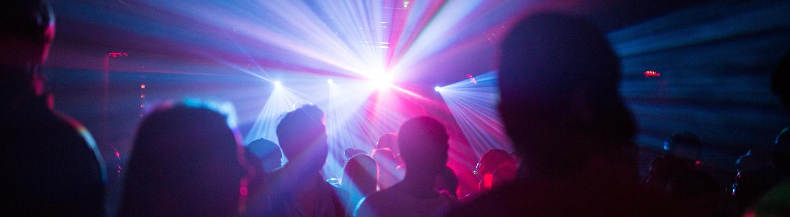 Feiernde Menschen in einem Club