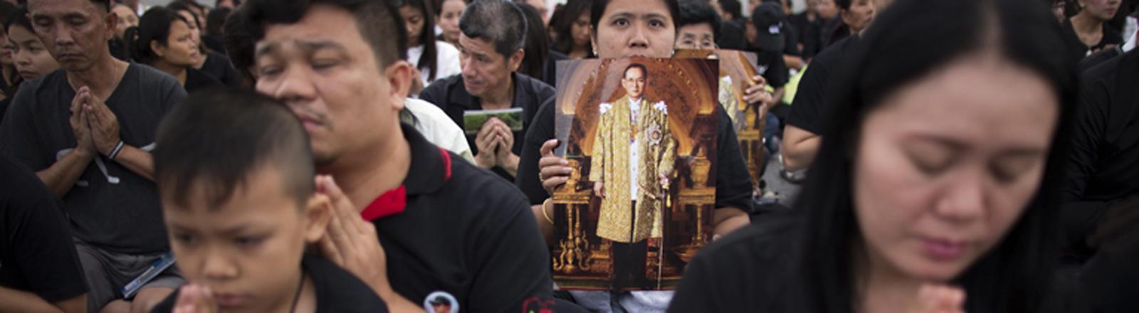 Thailänder trauern um den verstorbenen König Bhumibol.